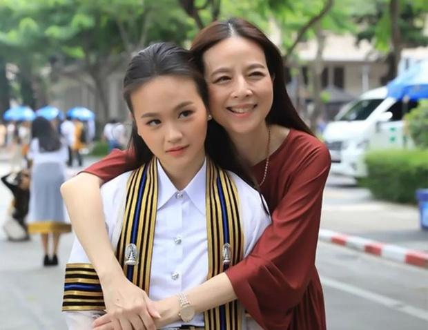 Nữ tỷ phú sáng giá bậc nhất Thái Lan: Nổi tiếng thế giới bằng loạt ảnh bật khóc trên sân bóng và bông hồng thép khiến nhiều người ngưỡng mộ - Ảnh 8.