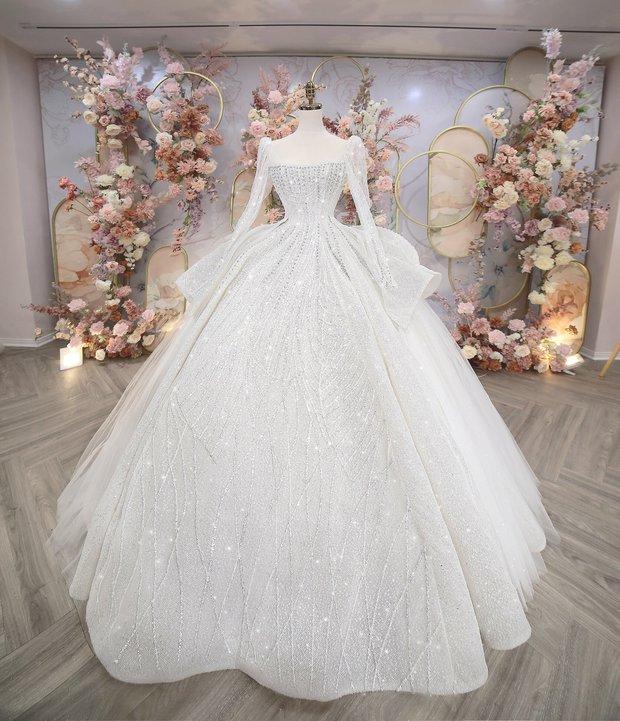 Váy cưới của Khánh Linh tại Hà Tĩnh: Được làm từ 30.000 viên đá Swarovski, chú rể là người lên ý tưởng - Ảnh 3.