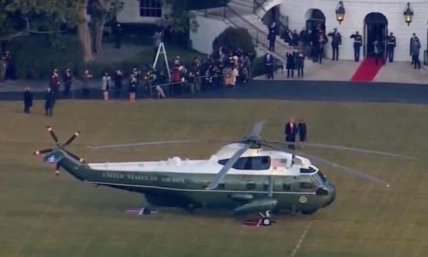Những khoảnh khắc cuối cùng của ông Donald Trump trên cương vị Tổng thống Mỹ: Tươi cười, vẫy tay chào tạm biệt trước sự chứng kiến của gia đình - Ảnh 5.