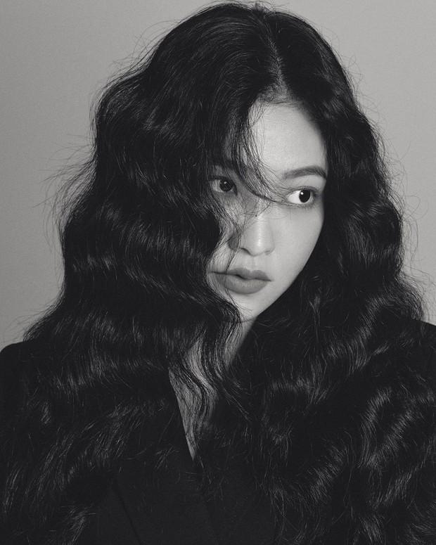 Loạt sao nữ Hàn từng lăng xê mốt tóc xoăn xù mì trước Jisoo: Yoona, Nayeon xinh như búp bê, Jennie lần đầu tiên bị lép vế - Ảnh 7.