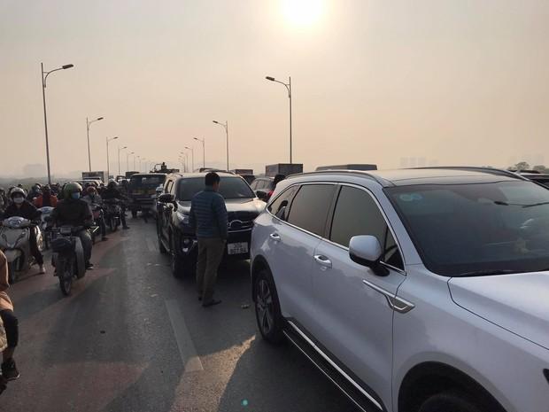 Hà Nội: 5 xe ô tô dồn toa liên hoàn trên cầu Vĩnh Tuy, dòng phương tiện ùn tắc kéo dài - Ảnh 2.