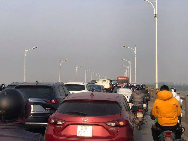 Hà Nội: 5 xe ô tô dồn toa liên hoàn trên cầu Vĩnh Tuy, dòng phương tiện ùn tắc kéo dài - Ảnh 3.