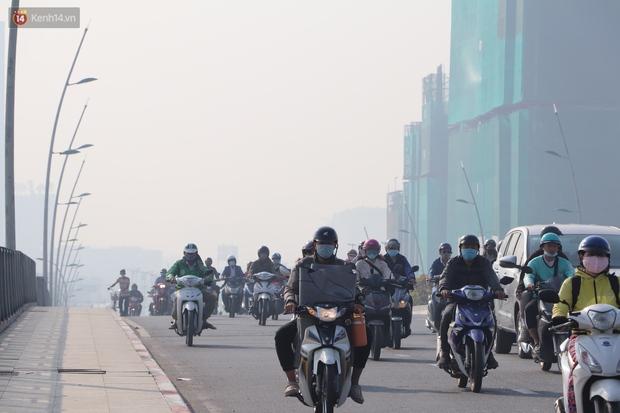 Chùm ảnh: Bụi mờ mù mịt bủa vây Sài Gòn, báo động ô nhiễm không khí trong những ngày cuối năm - Ảnh 7.