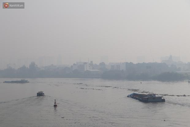 Chùm ảnh: Bụi mờ mù mịt bủa vây Sài Gòn, báo động ô nhiễm không khí trong những ngày cuối năm - Ảnh 9.