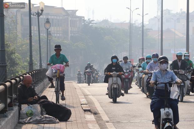 Chùm ảnh: Bụi mờ mù mịt bủa vây Sài Gòn, báo động ô nhiễm không khí trong những ngày cuối năm - Ảnh 11.