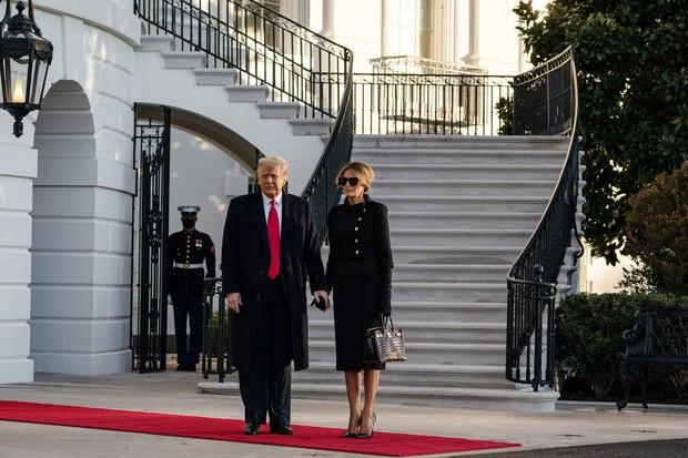 Những khoảnh khắc cuối cùng của ông Donald Trump trên cương vị Tổng thống Mỹ: Tươi cười, vẫy tay chào tạm biệt trước sự chứng kiến của gia đình - Ảnh 1.