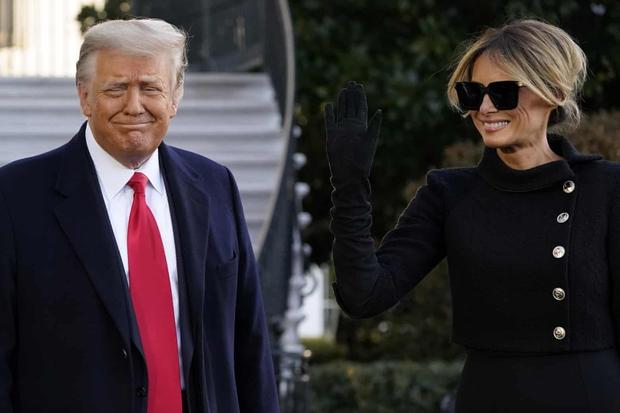 Những khoảnh khắc cuối cùng của ông Donald Trump trên cương vị Tổng thống Mỹ: Tươi cười, vẫy tay chào tạm biệt trước sự chứng kiến của gia đình - Ảnh 2.