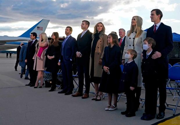 Những khoảnh khắc cuối cùng của ông Donald Trump trên cương vị Tổng thống Mỹ: Tươi cười, vẫy tay chào tạm biệt trước sự chứng kiến của gia đình - Ảnh 7.