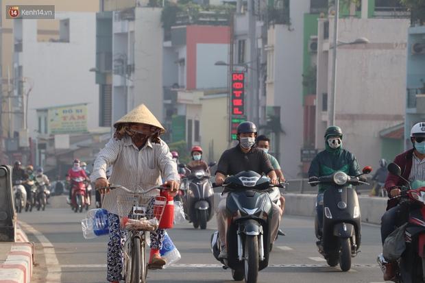 Chùm ảnh: Bụi mờ mù mịt bủa vây Sài Gòn, báo động ô nhiễm không khí trong những ngày cuối năm - Ảnh 4.