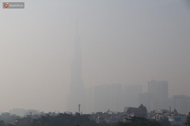 Chùm ảnh: Bụi mờ mù mịt bủa vây Sài Gòn, báo động ô nhiễm không khí trong những ngày cuối năm - Ảnh 2.