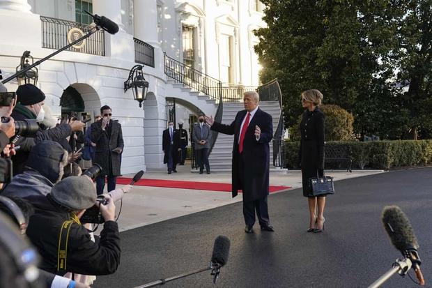 Những khoảnh khắc cuối cùng của ông Donald Trump trên cương vị Tổng thống Mỹ: Tươi cười, vẫy tay chào tạm biệt trước sự chứng kiến của gia đình - Ảnh 3.