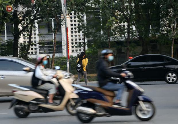 Hà Nội: Sau vụ tai nạn khiến 2 nạn nhân tử vong thương tâm, nhiều người vẫn bất chấp băng qua dòng xe như mắc cửi trên đường Nguyễn Trãi - Ảnh 5.