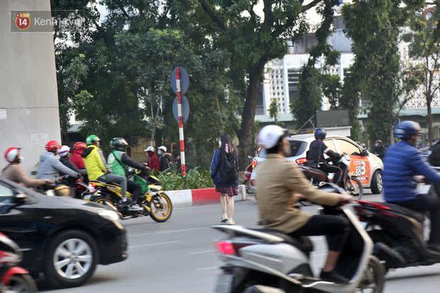 Hà Nội: Sau vụ tai nạn khiến 2 nạn nhân tử vong thương tâm, nhiều người vẫn bất chấp băng qua dòng xe như mắc cửi trên đường Nguyễn Trãi - Ảnh 12.