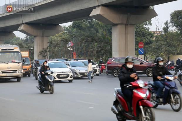 Hà Nội: Sau vụ tai nạn khiến 2 nạn nhân tử vong thương tâm, nhiều người vẫn bất chấp băng qua dòng xe như mắc cửi trên đường Nguyễn Trãi - Ảnh 15.