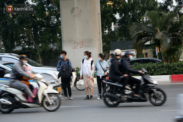 Hà Nội: Sau vụ tai nạn khiến 2 nạn nhân tử vong thương tâm, nhiều người vẫn bất chấp băng qua dòng xe như mắc cửi trên đường Nguyễn Trãi - Ảnh 2.