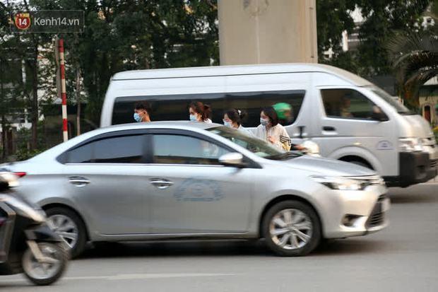 Hà Nội: Sau vụ tai nạn khiến 2 nạn nhân tử vong thương tâm, nhiều người vẫn bất chấp băng qua dòng xe như mắc cửi trên đường Nguyễn Trãi - Ảnh 3.