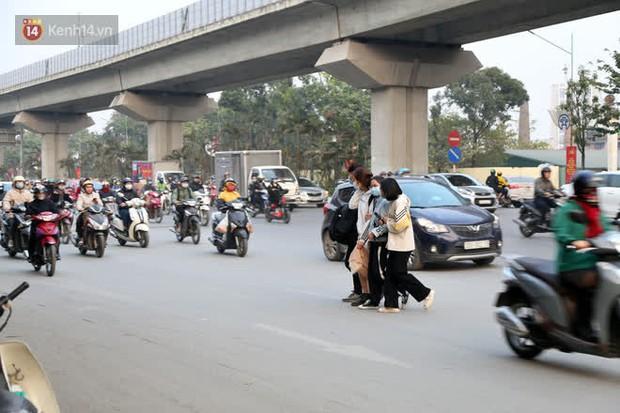 Hà Nội: Sau vụ tai nạn khiến 2 nạn nhân tử vong thương tâm, nhiều người vẫn bất chấp băng qua dòng xe như mắc cửi trên đường Nguyễn Trãi - Ảnh 1.