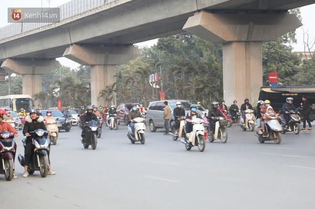 Hà Nội: Sau vụ tai nạn khiến 2 nạn nhân tử vong thương tâm, nhiều người vẫn bất chấp băng qua dòng xe như mắc cửi trên đường Nguyễn Trãi - Ảnh 8.