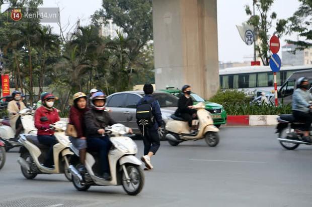 Hà Nội: Sau vụ tai nạn khiến 2 nạn nhân tử vong thương tâm, nhiều người vẫn bất chấp băng qua dòng xe như mắc cửi trên đường Nguyễn Trãi - Ảnh 14.