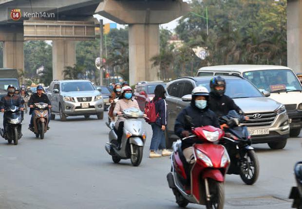 Hà Nội: Sau vụ tai nạn khiến 2 nạn nhân tử vong thương tâm, nhiều người vẫn bất chấp băng qua dòng xe như mắc cửi trên đường Nguyễn Trãi - Ảnh 13.