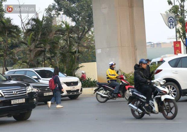 Hà Nội: Sau vụ tai nạn khiến 2 nạn nhân tử vong thương tâm, nhiều người vẫn bất chấp băng qua dòng xe như mắc cửi trên đường Nguyễn Trãi - Ảnh 7.