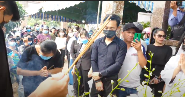 Lễ an táng ca sĩ Vân Quang Long tại Đồng Tháp: Con gái lớn ôm tro cốt, vợ cũ để tang, Linh Lan khóc nghẹn ôm con gái - Ảnh 2.