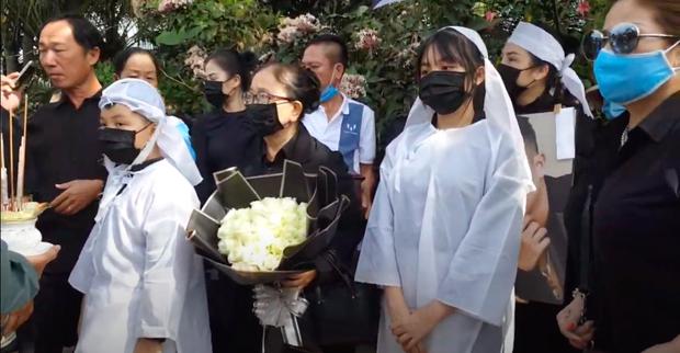 Lễ an táng ca sĩ Vân Quang Long tại Đồng Tháp: Con gái lớn ôm tro cốt, vợ cũ để tang, Linh Lan khóc nghẹn ôm con gái - Ảnh 11.