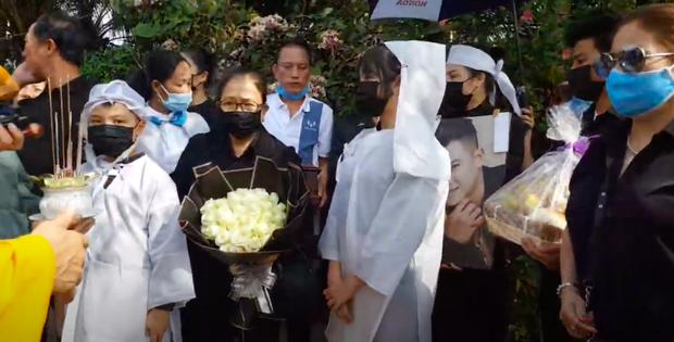 Lễ an táng ca sĩ Vân Quang Long tại Đồng Tháp: Con gái lớn ôm tro cốt, vợ cũ để tang, Linh Lan khóc nghẹn ôm con gái - Ảnh 10.