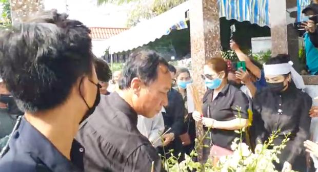 Lễ an táng ca sĩ Vân Quang Long tại Đồng Tháp: Con gái lớn ôm tro cốt, vợ cũ để tang, Linh Lan khóc nghẹn ôm con gái - Ảnh 3.