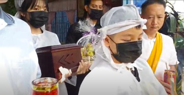 Lễ an táng ca sĩ Vân Quang Long tại Đồng Tháp: Con gái lớn ôm tro cốt, vợ cũ để tang, Linh Lan khóc nghẹn ôm con gái - Ảnh 16.