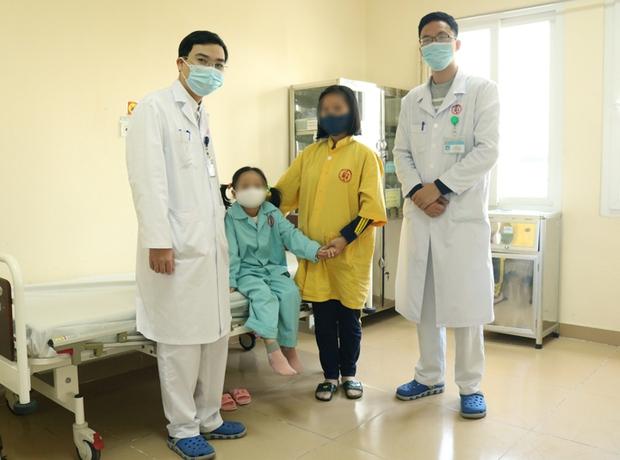 Bé gái 7 tuổi có u quái chứa tóc, răng, xương hàm, da đầu trong ổ bụng - Ảnh 2.