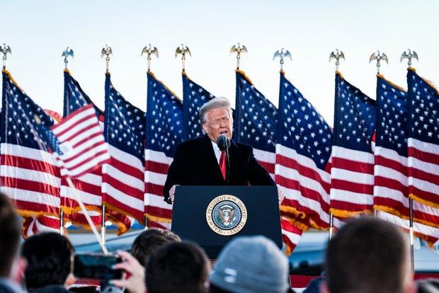 Những khoảnh khắc cuối cùng của ông Donald Trump trên cương vị Tổng thống Mỹ: Tươi cười, vẫy tay chào tạm biệt trước sự chứng kiến của gia đình - Ảnh 10.