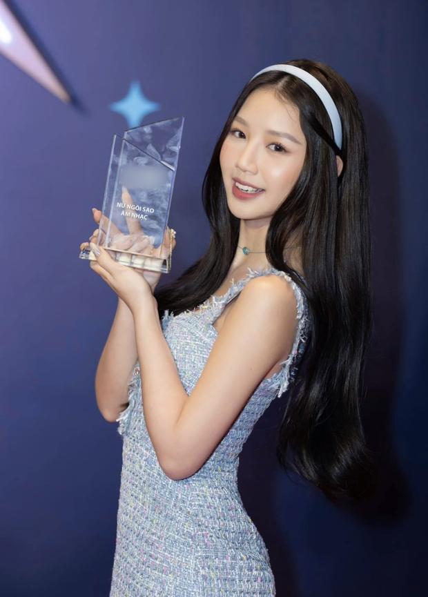 Clip: Khoảnh khắc AMEE nhận giải thưởng Nữ ngôi sao âm nhạc nhưng hành động của Jack mới gây chú ý - Ảnh 1.