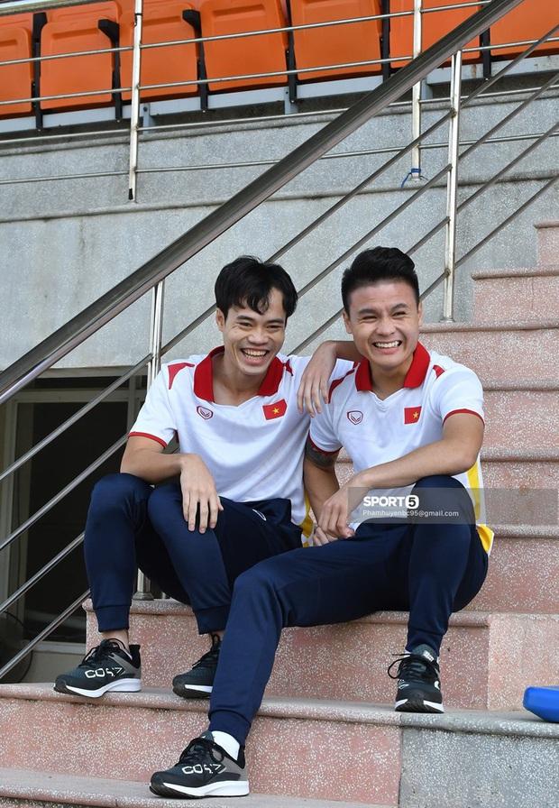 Văn Toàn và Quang Hải đóng vai diễn viên hài trong buổi chụp hình áo đấu mới của ĐTQG - Ảnh 2.