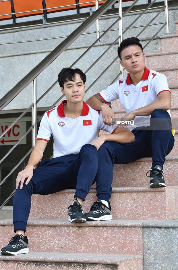 Văn Toàn và Quang Hải đóng vai diễn viên hài trong buổi chụp hình áo đấu mới của ĐTQG - Ảnh 3.