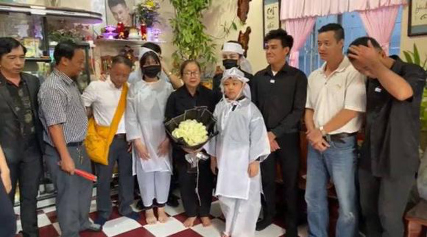 Lễ an táng ca sĩ Vân Quang Long tại Đồng Tháp: Con gái lớn ôm tro cốt, vợ cũ để tang, Linh Lan khóc nghẹn ôm con gái - Ảnh 17.