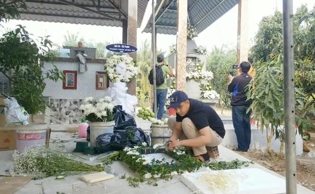Lễ an táng ca sĩ Vân Quang Long tại Đồng Tháp: Con gái lớn ôm tro cốt, vợ cũ để tang, Linh Lan khóc nghẹn ôm con gái - Ảnh 21.