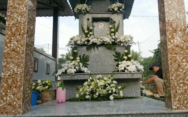 Lễ an táng ca sĩ Vân Quang Long tại Đồng Tháp: Con gái lớn ôm tro cốt, vợ cũ để tang, Linh Lan khóc nghẹn ôm con gái - Ảnh 22.