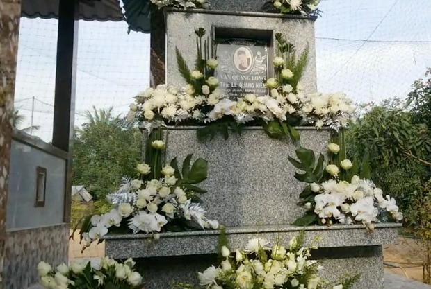 Lễ an táng ca sĩ Vân Quang Long tại Đồng Tháp: Con gái lớn ôm tro cốt, vợ cũ để tang, Linh Lan khóc nghẹn ôm con gái - Ảnh 23.