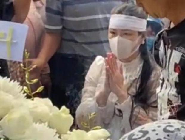 Lễ an táng ca sĩ Vân Quang Long tại Đồng Tháp: Con gái lớn ôm tro cốt, vợ cũ để tang, Linh Lan khóc nghẹn ôm con gái - Ảnh 4.