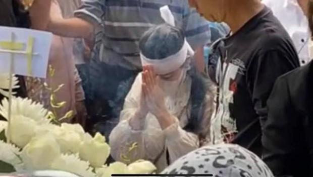 Lễ an táng ca sĩ Vân Quang Long tại Đồng Tháp: Con gái lớn ôm tro cốt, vợ cũ để tang, Linh Lan khóc nghẹn ôm con gái - Ảnh 5.