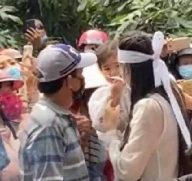 Lễ an táng ca sĩ Vân Quang Long tại Đồng Tháp: Con gái lớn ôm tro cốt, vợ cũ để tang, Linh Lan khóc nghẹn ôm con gái - Ảnh 6.