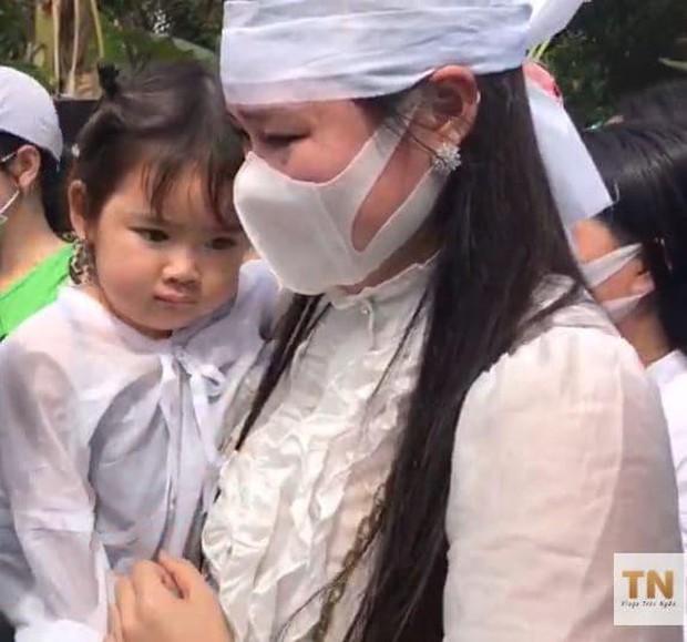 Lễ an táng ca sĩ Vân Quang Long tại Đồng Tháp: Con gái lớn ôm tro cốt, vợ cũ để tang, Linh Lan khóc nghẹn ôm con gái - Ảnh 7.