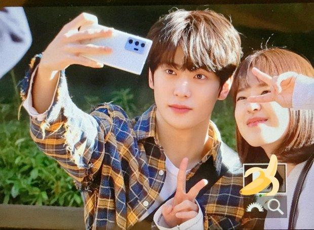 NCT Jaehyun nắm tay bạn diễn tình tứ ở hậu trường Dear.M, nhìn mà tưởng bị khui hẹn hò cơ! - Ảnh 5.