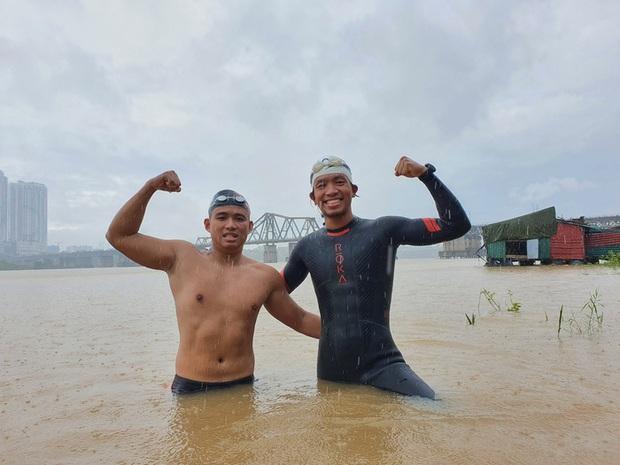 Hai người Việt làm điều khó tin: Bơi 200 km từ chân cầu Long Biên ra biển Thái Bình - Ảnh 1.