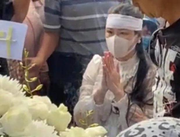 Linh Lan vừa bật khóc nức nở vừa níu tay nói xin lỗi, mẹ Vân Quang Long và vợ cũ phản ứng ra sao? - Ảnh 6.