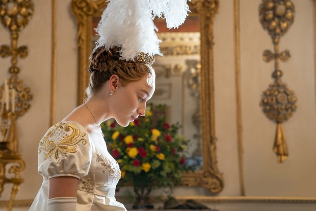 Nữ hoàng cảnh nóng Bridgerton ngượng chín mặt khi xem phim với ông bà, bị ekip nhắc phải nhẹ nhàng hơn kẻo... hỏng giường - Ảnh 1.