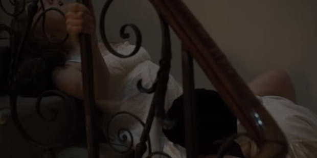 Nữ hoàng cảnh nóng Bridgerton ngượng chín mặt khi xem phim với ông bà, bị ekip nhắc phải nhẹ nhàng hơn kẻo... hỏng giường - Ảnh 4.