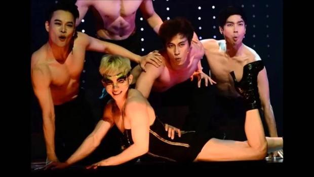 Loạt outfit gây tranh cãi bậc nhất Kpop: SNSD bị nghi đạo nhái, PSY diện jumpsuit sexy nhưng chưa sốc bằng boygroup mặc mỗi nội y lên stage - Ảnh 19.