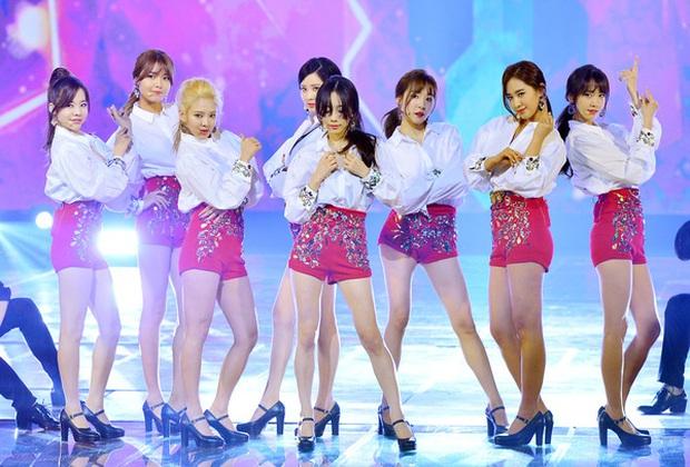 Loạt outfit gây tranh cãi bậc nhất Kpop: SNSD bị nghi đạo nhái, PSY diện jumpsuit sexy nhưng chưa sốc bằng boygroup mặc mỗi nội y lên stage - Ảnh 5.
